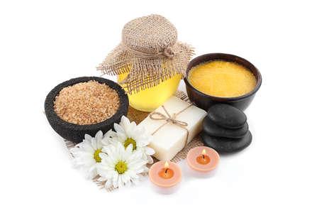 Composition de spa avec du miel sur fond blanc Banque d'images - 97095930