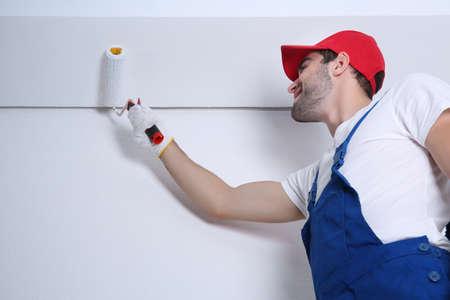 Junger Arbeitnehmer, der Reparatur in Raum% 00 durchführt Standard-Bild