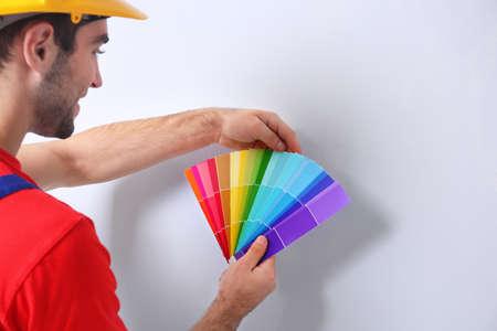 壁の色を選択するためのサンプルを保持する労働者, クローズアップ 写真素材 - 97128288