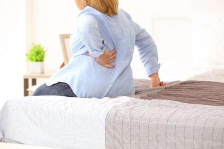 Senior femme souffrant de maux de dos à la maison Banque d'images - 97161301