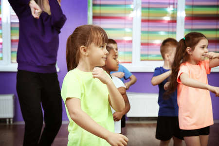 Les enfants dansent dans la classe de la classe Banque d'images - 97249337