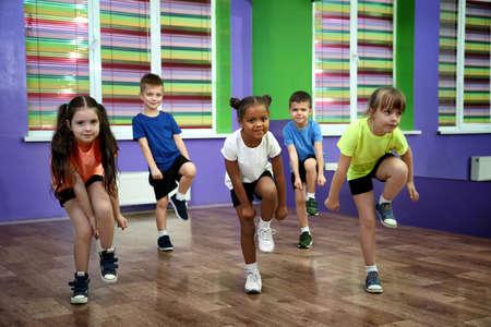 Groep kinderen die in choreografieklasse dansen Stockfoto
