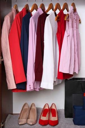 Vêtements féminins élégants dans la garde-robe, gros plan% 00 Banque d'images - 97177376