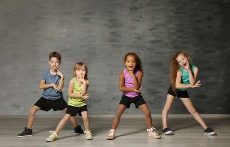Słodkie śmieszne dzieci w studio tańca Zdjęcie Seryjne