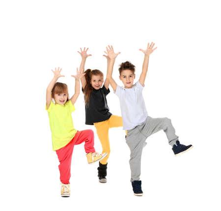 Nette lustige Kinder, die auf weißen Hintergrund% 00 tanzen Standard-Bild