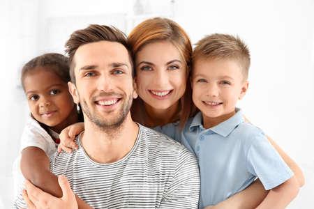 Gelukkig interraciaal gezin thuis% 00 Stockfoto