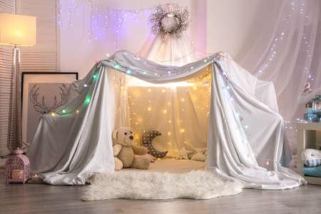 自宅で子供のパーティーのための花輪で飾られたホベル