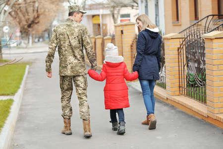 Soldat heureux avec la famille en plein air Banque d'images - 97394770