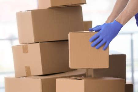 Bezorger verhuisdozen binnenshuis% 00