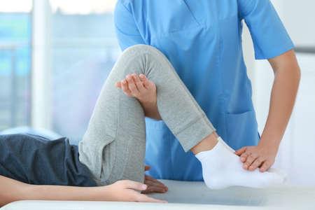 Fisioterapeuta trabajando con paciente en clínica, primer plano