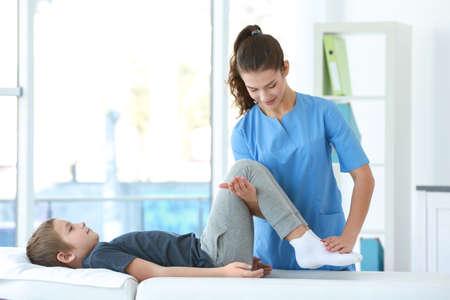 Physiotherapeut, der mit Patienten in der Klinik arbeitet