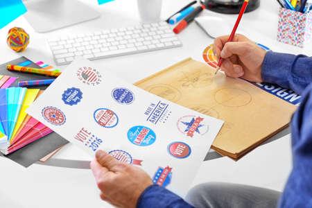 Diseñador masculino que trabaja en la oficina% 00 Foto de archivo