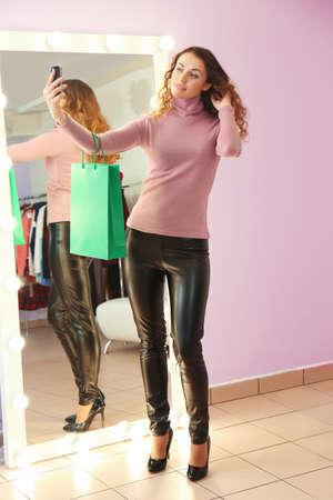 Piękna młoda kobieta przy selfie w nowoczesnym sklepie