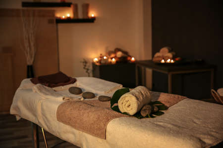 Binnenland van moderne massageruimte in kaarslicht% 00 Stockfoto