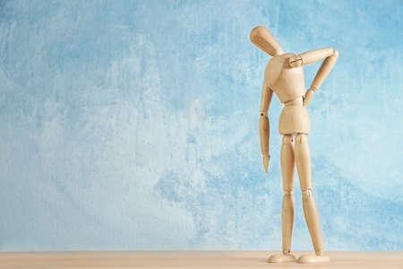 Mannequin en bois sur table sur fond clair