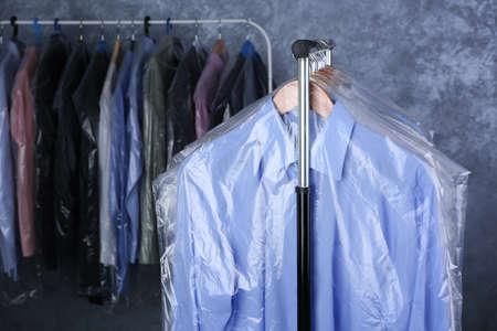 rack de vêtements propres suspendus sur des cintres à cellophane