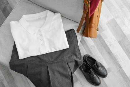 vêtements d & # 39 ; écolière sur chaise , intérieur Banque d'images