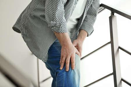 Dojrzały mężczyzna cierpi na ból na schodach Zdjęcie Seryjne