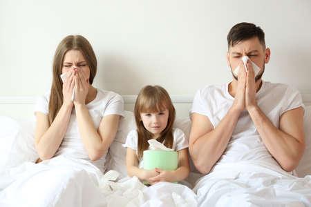 Zieke familie slecht thuis Stockfoto - 97730204