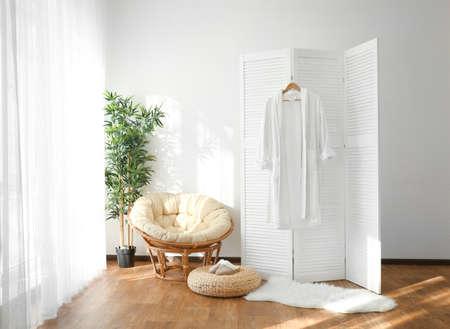 Interno luminoso della stanza con lo schermo pieghevole