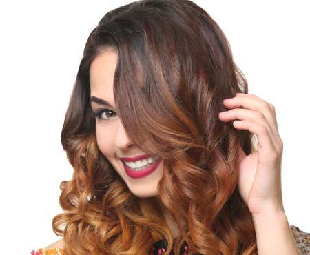 Belle jeune femme avec une coiffure moderne sur fond blanc Banque d'images