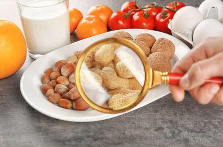 Bekijk via vergrootglas op allergische producten Stockfoto - 97586606