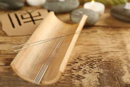 Igły do akupunktury na drewnianym stole