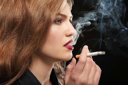 Portret van mooie vrouw met sigaret op zwarte achtergrond Stockfoto - 97529541