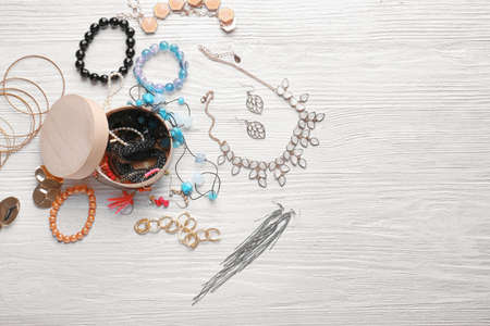 Jewelry accessories in box and table, top view Stockfoto