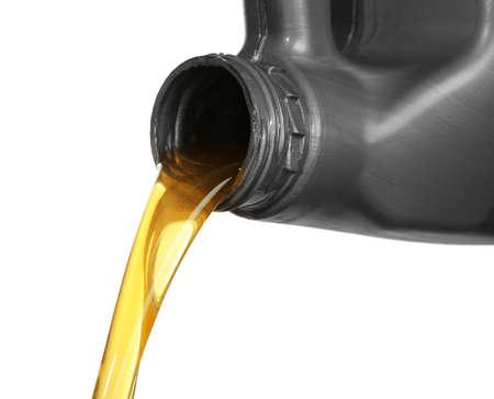 Olej silnikowy wylewa się z kanistra, na białym tle