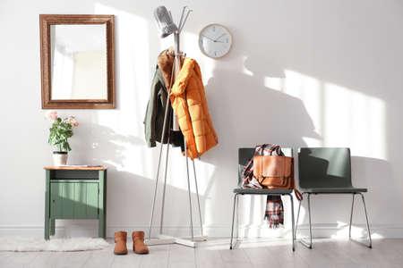 Modern halbinnenland met hangende kleren