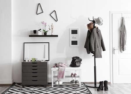 Interior de salón moderno con ropa colgante% 00