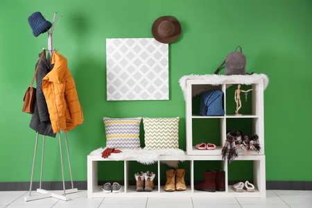 Intérieur de couloir moderne avec des vêtements suspendus% 00