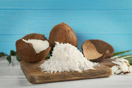 Heap of coconut flakes on wooden board 版權商用圖片