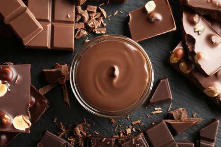 Rollen Sie mit geschmolzener Schokolade und gehackten Stangen, Nahaufnahme% 00