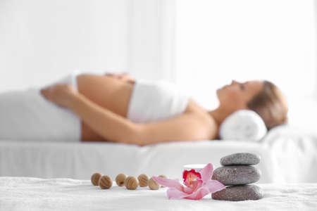 Belle composition de spa et femme enceinte floue sur fond