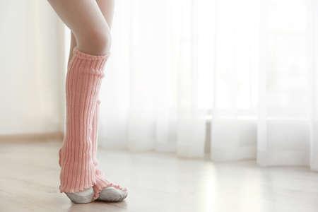 Legs of little girl dancing at studio Imagens