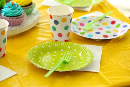 夏のピクニックのためのプラスチック製品とテーブル設定