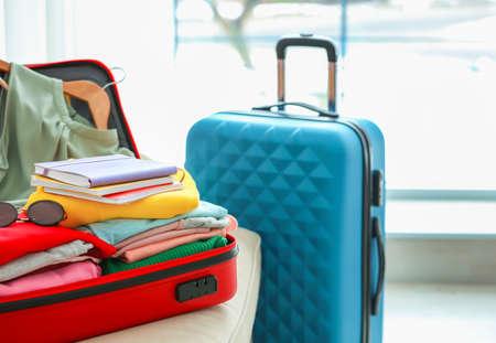 Maletas de viaje embaladas en interiores Foto de archivo