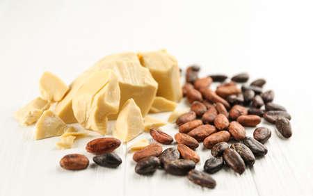 木製の背景にココアバターと豆を使った組成物 写真素材