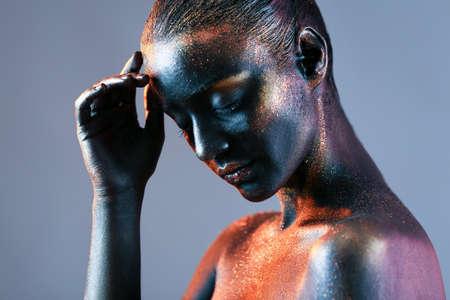 Jeune femme avec art créatif de corps sur fond de couleur Banque d'images - 98129954