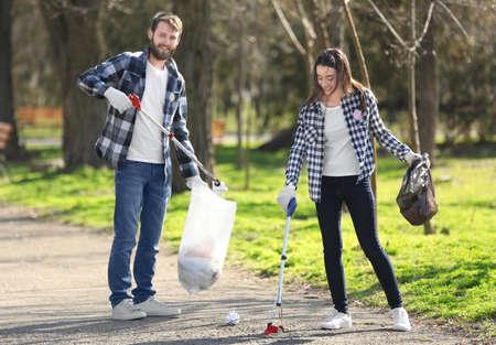 Młodzi wolontariusze zbierają śmieci w parku