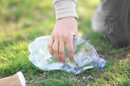 Volontaire ramassant la litière de l'herbe, gros plan% 00 Banque d'images