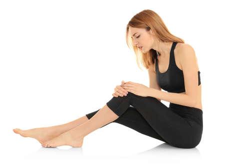 Jonge vrouw die aan pijn op witte achtergrond lijdt. Concept van orthopedist