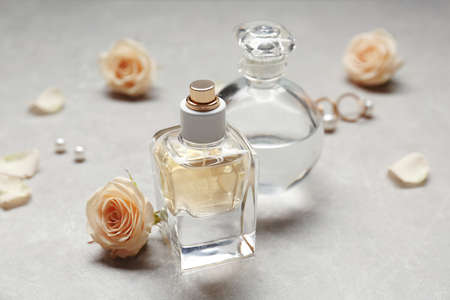 Botellas de perfume sobre fondo gris% 00