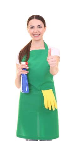Giovane donna in grembiule verde su fondo bianco. Concetto di servizio di pulizia