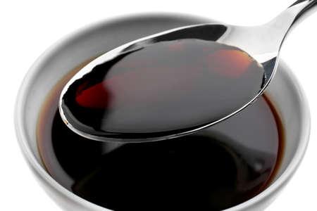 Bol avec savoureuse sauce soja et cuillère, gros plan% 00 Banque d'images