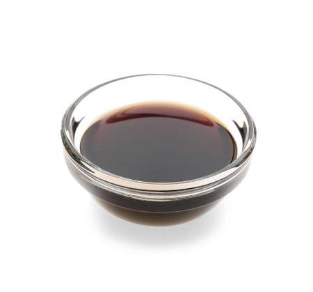 Bol avec une savoureuse sauce soja sur fond blanc% 00 Banque d'images