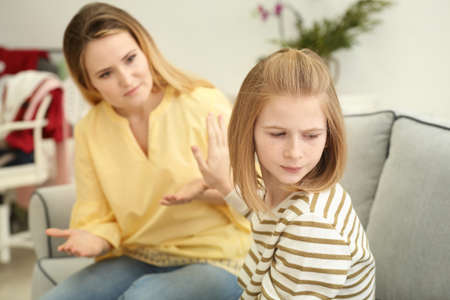 Quarrel between mother and daughter at home Banque d'images