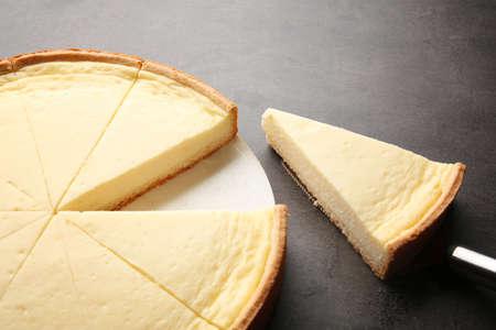 Geschmackvoller selbst gemachter Käsekuchen auf grauer Tabelle